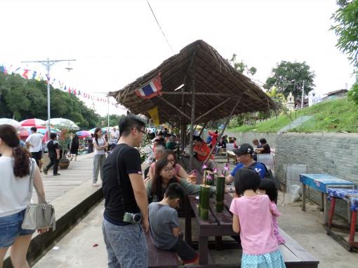 Pengunjung di Pasar Terapung