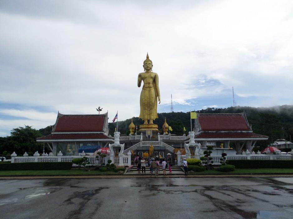 Patung Buddha berdiri (Phra Buddha Mongkol Maharaj)