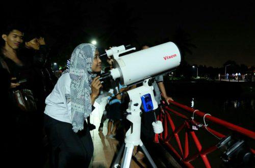 Suzan Melihat Gerhana Bulan