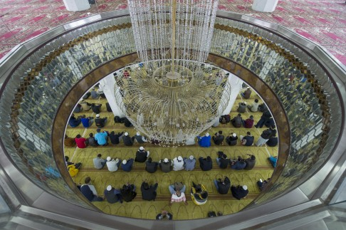 Lampu Hias di Bagian Tengah Masjid